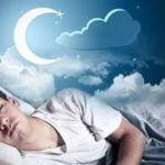 человек спит на кровати