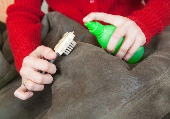 чистка замши щеткой и средством